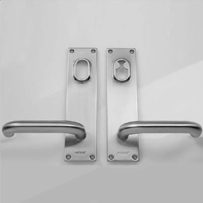 Entrance door handle with back plate key